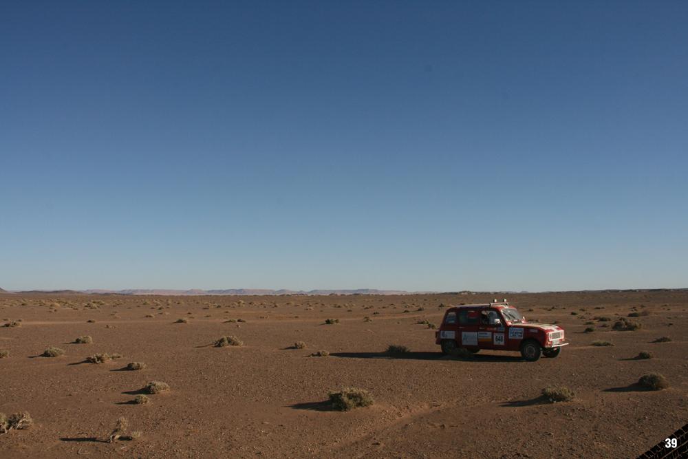 4L Trophy, Equipage 648, en plein milieu du désert, seul au monde
